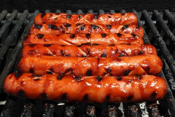 10-alimentos-peligrosos-en-una-barbacoa-para-los-animales-domesticos-perros-y-gatos-perritos-calientes