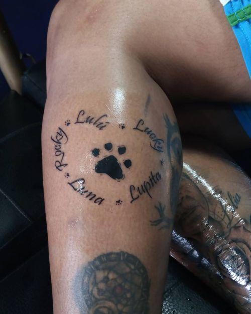 Tatuaje de huella de perro grande con corazón de nombres