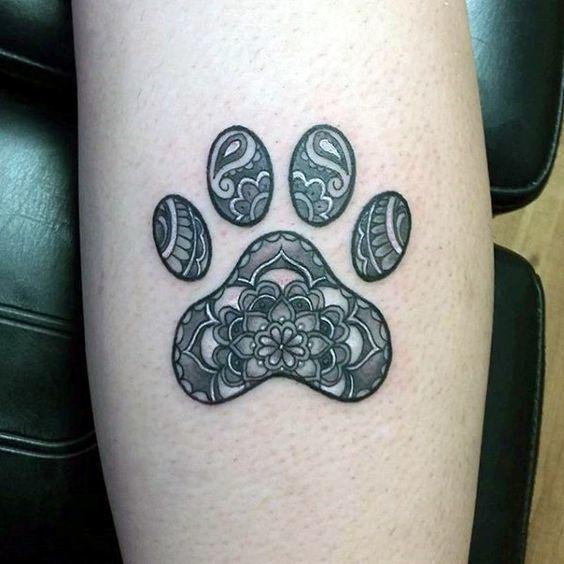 Tatuaje de huella de perro con flores