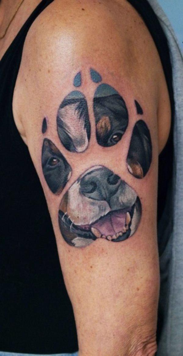 Tatuaje de huella de perro con rostro del animal