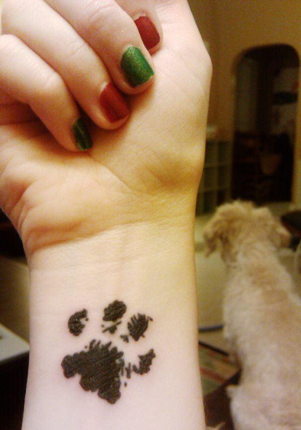 Tatuaje de huella de tinta en muñeca