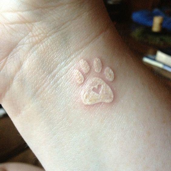 Tatuaje de huella de perro color piel