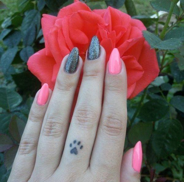 Tatuaje de huella en el dedo corazón