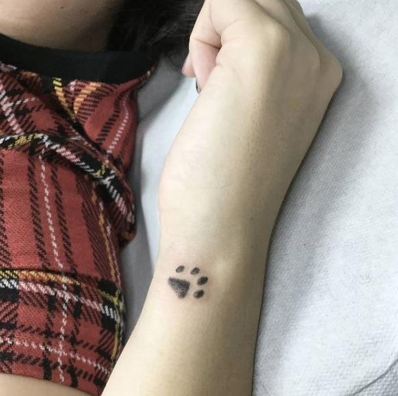Tatuaje de huellas de perros pequeño