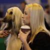 mujer y perro igual