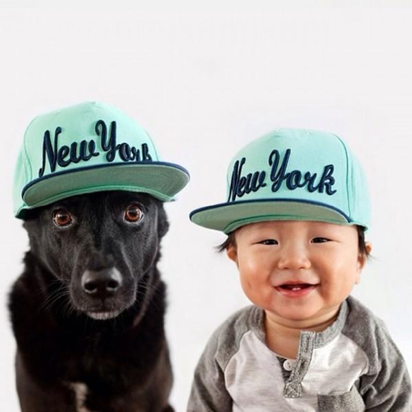 fotos-adorables-de-un-bebe-y-su-perro-hechas-por-la-madre-gorra-new-york