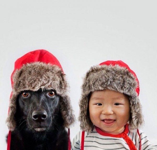 fotos-adorables-de-un-bebe-y-su-perro-hechas-por-la-madre-gorro-invierno